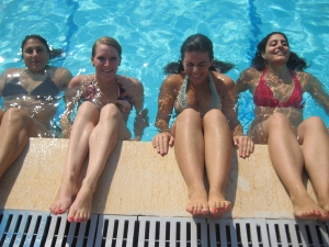 Farah, Rianne, me and Leila floating in the pool at Sporting